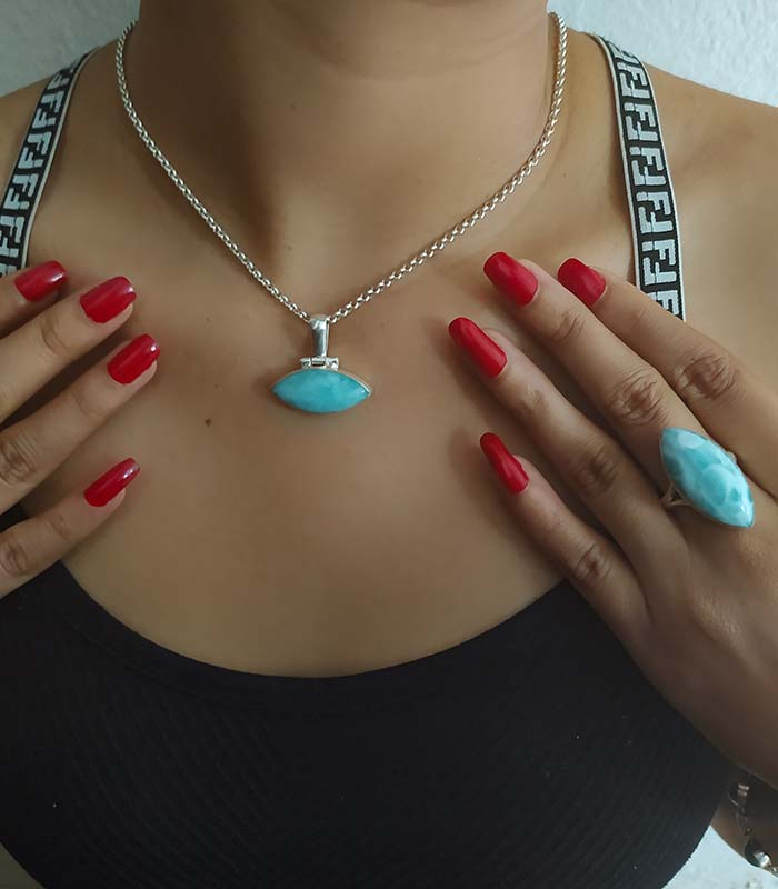 Dominikanische-Frau-trägt-Larimar-Ring-Schmuck---und-Halskette-mit-Larimar-Anhänger